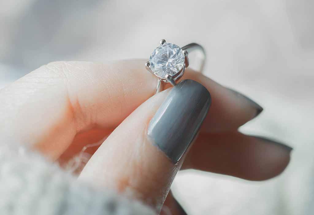 8 طرق منزلية بسيطة لتحديد ما إذا كان الماس الخاص بك حقيقي أم مزيف أحلى هاوم
