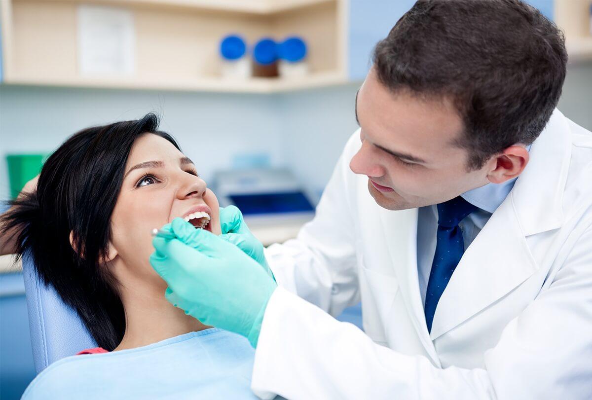 البقع البيضاء على الأسنان: الأنواع والأسباب وخيارات العلاج | أحلى هاوم